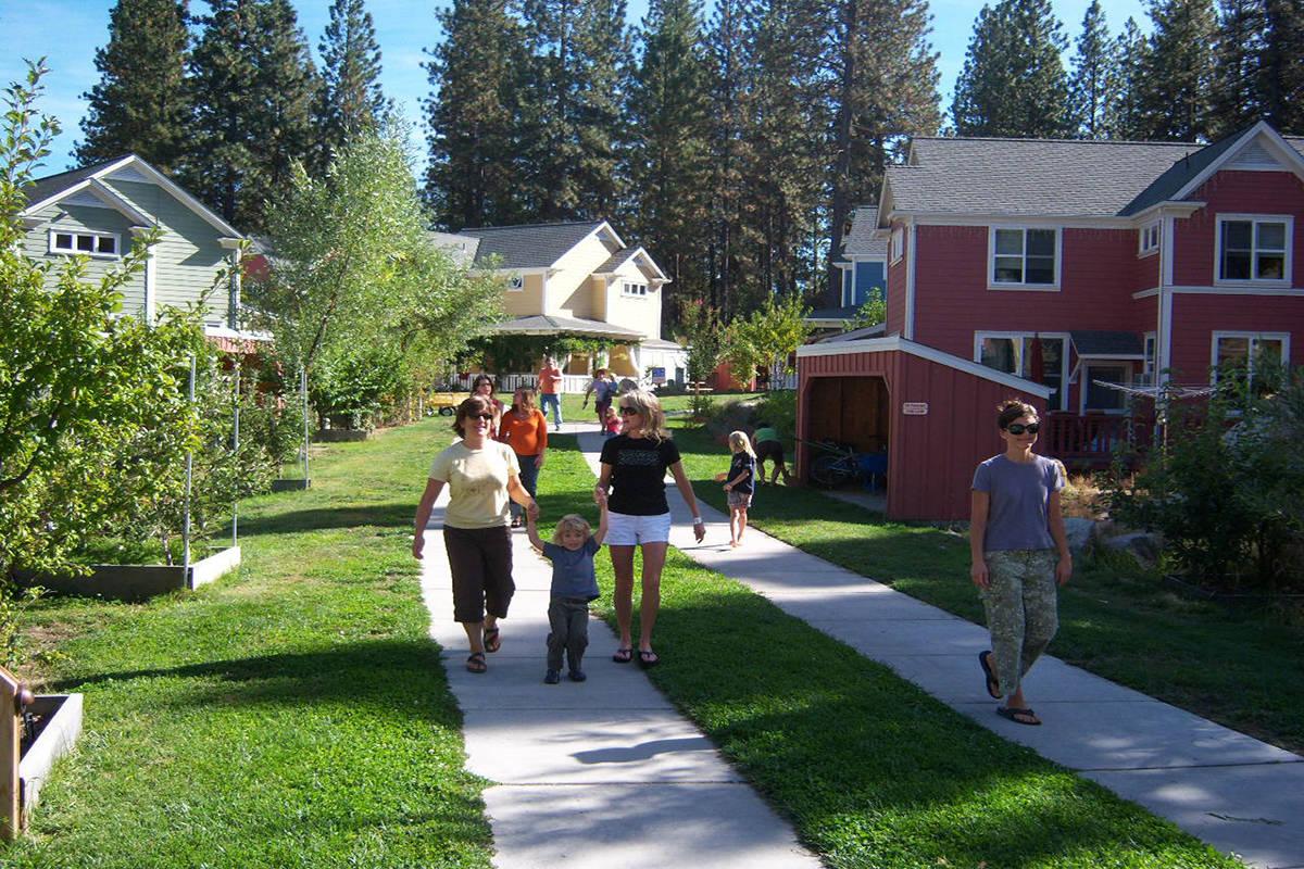 Familias paseando al aire libre en un espacio de cohousing