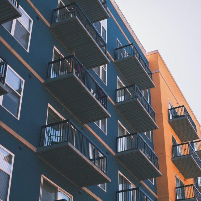 Fachada de edificios de departamentos con balcones